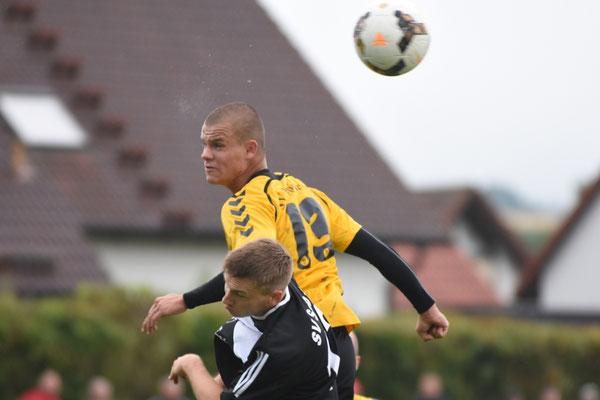 In der Schlussphase warf der SV Poppenreuth in Unterzahl noch einmal alles nach vorne, doch der Siegtreffer wollte Daniel Weber (ob.) nicht mehr gelingen.