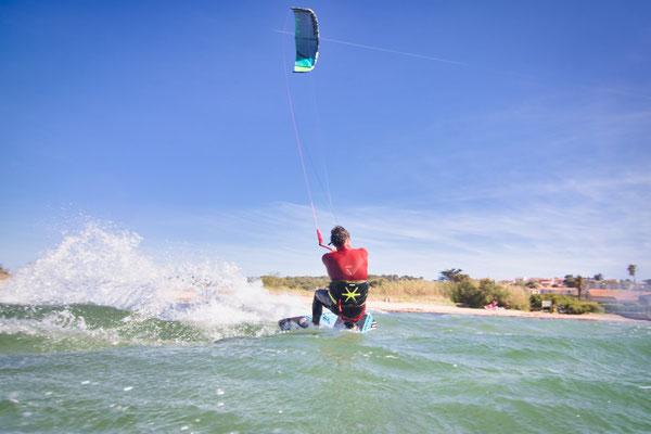 Kitesurfer in der Bucht von Almanarre