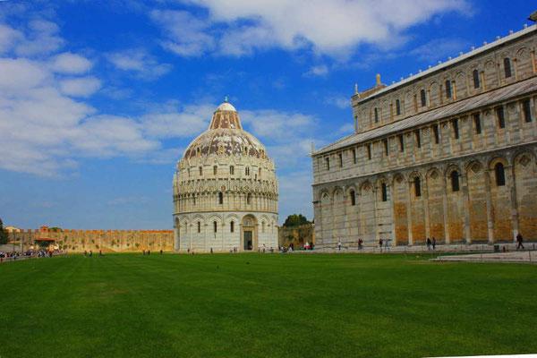 Kathedrale neben dem schiefen Turm von Pisa