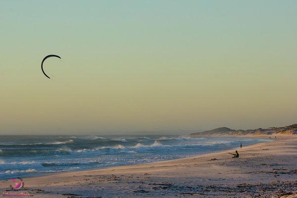 Kitesurfer am Strand von Haagkat Südafrika