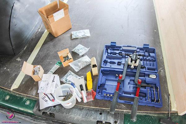 VW T5 Bus Ausbau Möbelbau - Beifahrerseite Möbelbefestigung Karrosserie mit Nietmutternzange