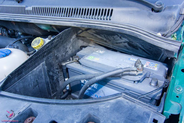 Autobatterie im VW Bus abschließen