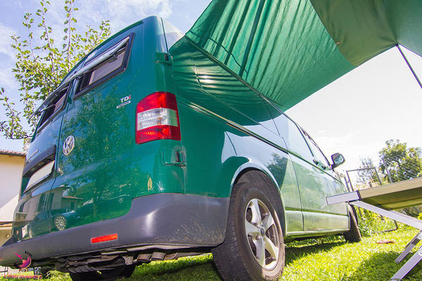 VW T 5 Bus mit Sonnensegel Campingplatz