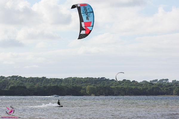Lac d'Hourtin an der französischen Atlantikküste - Kitesurfen lernen