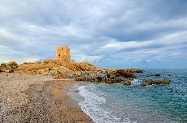 Turm am Strand von Sardinien