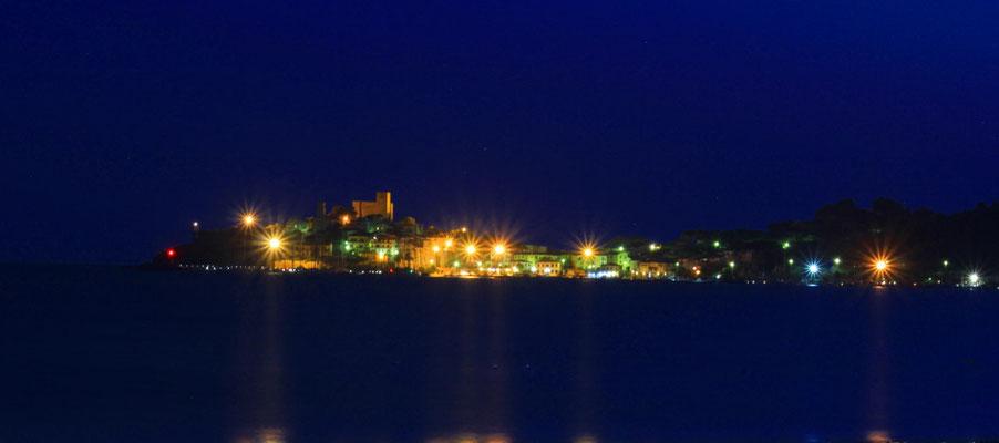 Talamone in der Toskana bei Nacht