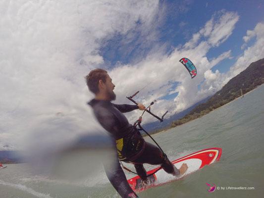 Kitesurfer am Lago di Santa Croce