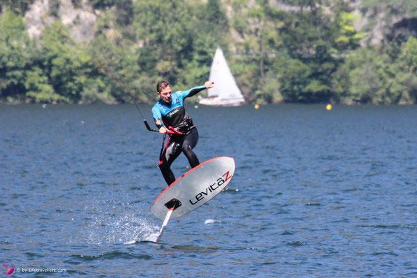 Kitesurfer mit Levitaz Element Kitefoil