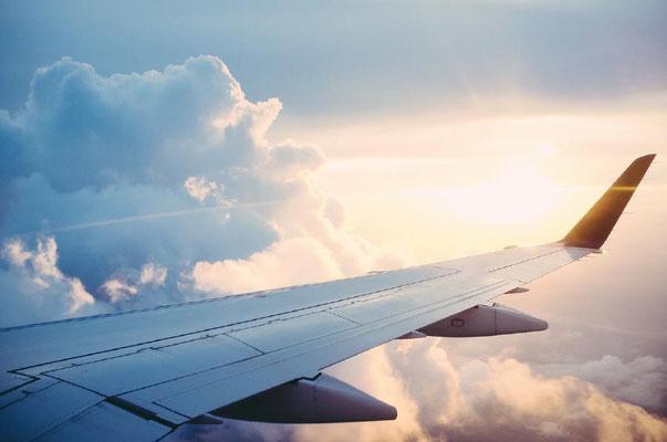 Flugzeug-Tragfläche-Wolken-Sonne-by-Lifetravellerz