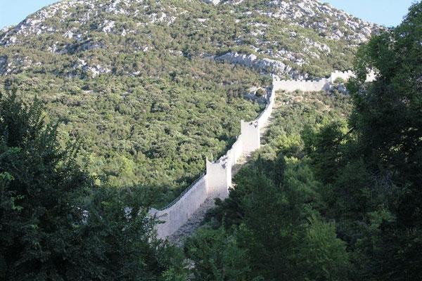 Berg mit Stadtmauer in Kroatien