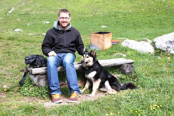 Tourist mit Hund am Berg