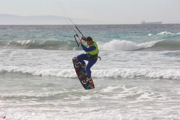 Kitesurfern am Stadtstrand von Tarifa