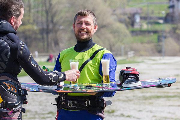 Selbst am Kiteboard halten die rutschfesten Gläser von silwy magnetic drinkware