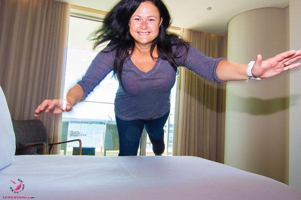 Melanie von Lifetravellerz.com springt ins Bett