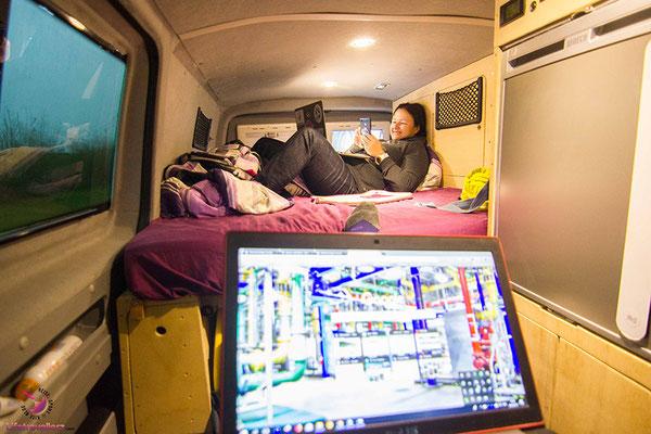 Im Van beim Arbeiten