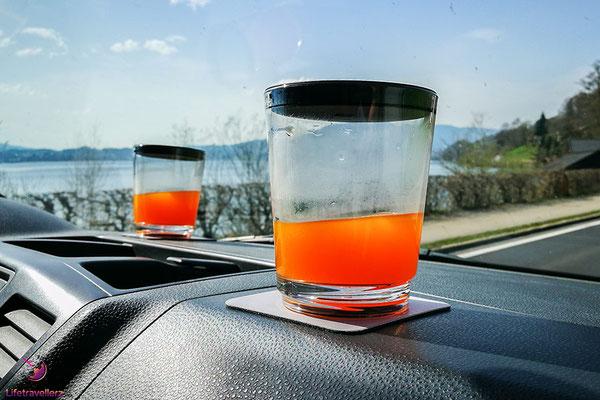 Die rutschfesten Gläsern von silwy magnetic drinkware beim Autofahren