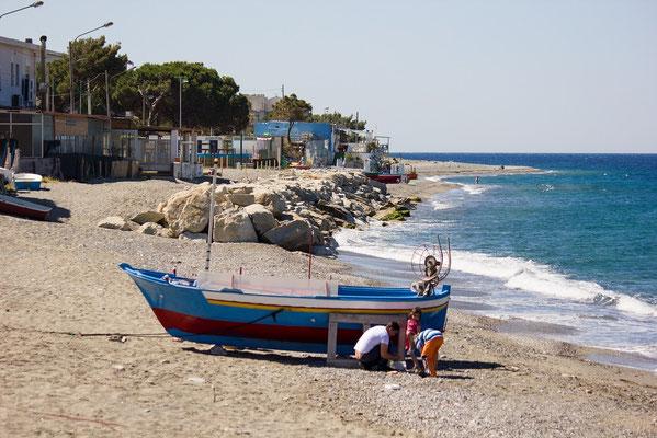 Ruderboot am Strand von Italien