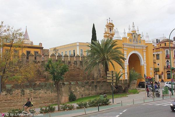 Tor zur Altstadt in Sevilla