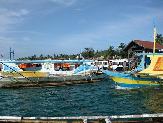 Boote zur Überfahrt nach Boracay