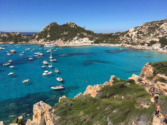 Segelboot in einer Bucht auf Sardinien