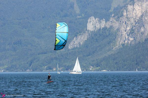 Kitesurfer mit Levitaz Element Kitefoil und Naish Pivot Kite