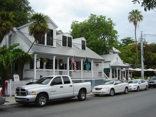 Autos mit Haus im Hintergrund
