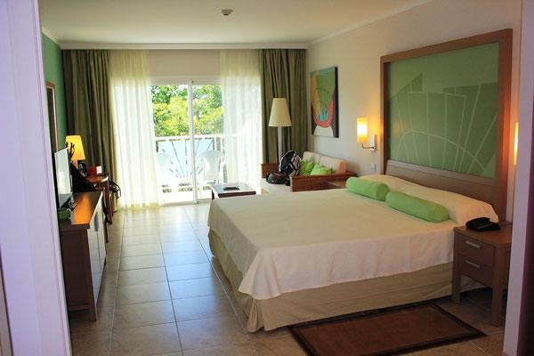 Doppelbett im Hotelzimmer auf Kuba