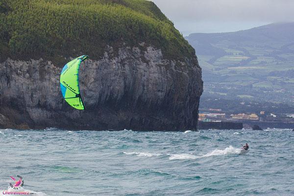 Kitesurfer am Ribeira Grande auf der Azoreninsel Sao Miguel