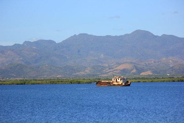 Auf Grund gelaufenes Schiff in der Lagune nahe Trinidad