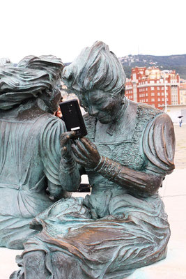 Statue in Triest mit Smartphone