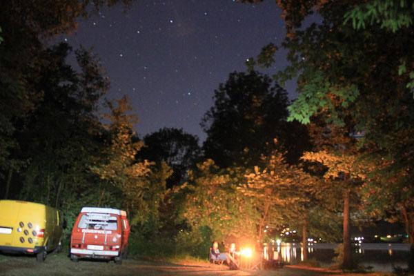 VW Bus in der Nacht, VW Bus mieten oder VW Bus kaufen by Lifetravellerz