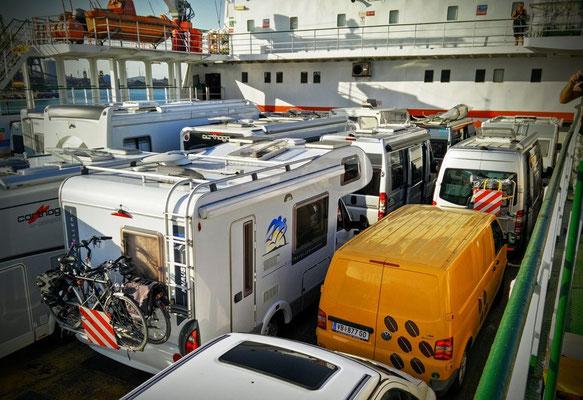 Vw Bus auf der Autofähre nach Sardinien