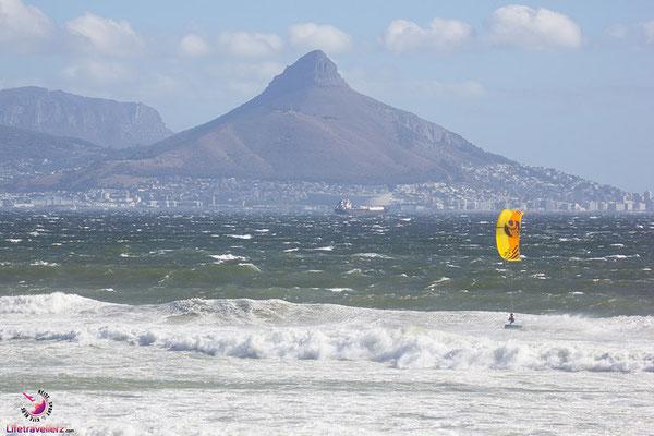 Kitesurfer in Blouberg vor dem Lions Head