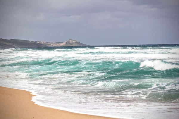 Meer mit Wellen in der Nähe von Valledoria in Sardinien
