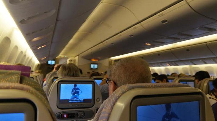 Flugzeug-Innenraum-Bildschirme-Fluggäste-by-Lifetravellerz