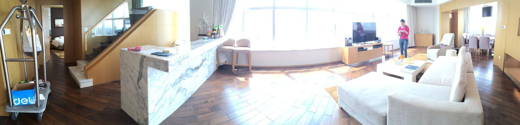広々としたスイートルーム。その広さと部屋数の多さ、眺めの良さにびっくり!