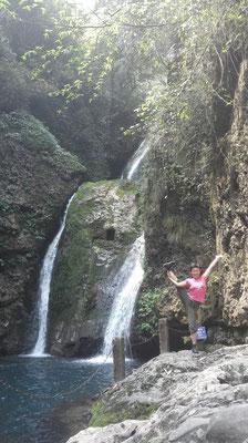 恒例の滝の近くでヨガポーズ♪