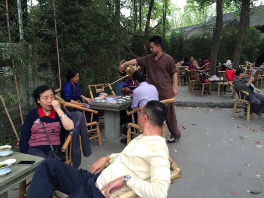 文殊院併設のお茶する所。マッタリとお茶を飲みながら、ナッツを食べて談笑する人々。