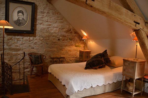 La chambre donne accès à un escalier en colimaçon et à la salle de bain en bas