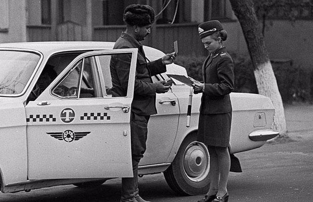 Сотрудник ГАИ проверяет документы у таксиста, 1974 г.