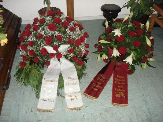 Trauerkranz und Grabstrauß