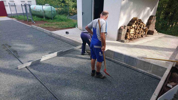 Rainer Kistner und Volker Bauer ziehen die letzte Sandschicht auf