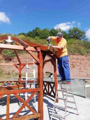Andreas Bomm beim Aufbau der Grillhütte