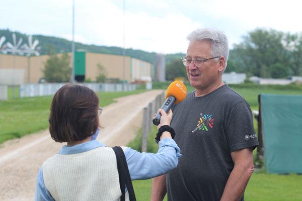 OK-Präsident Hansruedi Schuler war ein gefragter Interview-Partner. Hier beantwortet er die Fragen von Radio Munot.