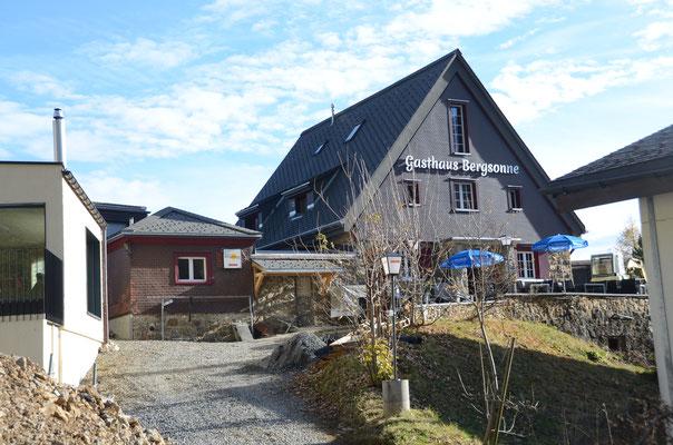 Aussenansicht mit Zufahrt Gasthaus Bergsonne Herbst
