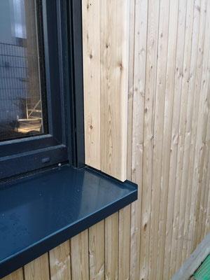 Präzisionsarbeit: So sehen die Anschlüsse der Holzfassade am Fenster aus.
