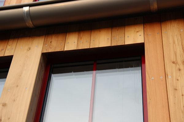Bei dieser Holzfassade haben wir mit naturbelassenen Holzbrettern gearbeitet