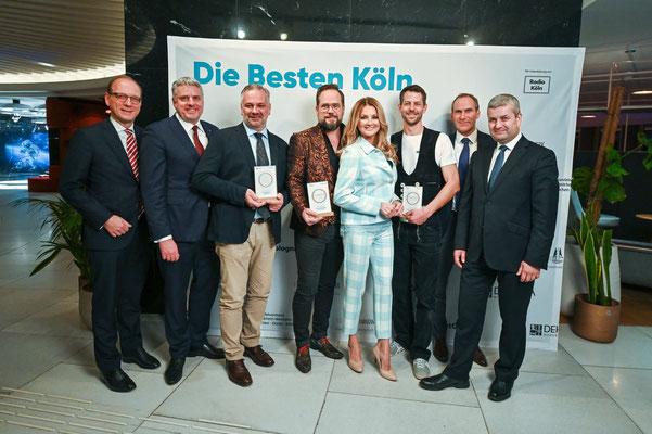 Die Preisträger mit den Ausrichtern und Moderatorin Frauke Ludowig.