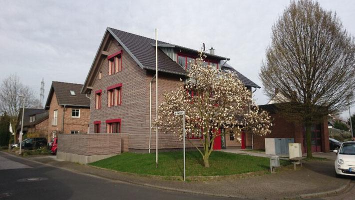 Holzrahmenbau mit Holzfassade und Holzzaun in Pulheim
