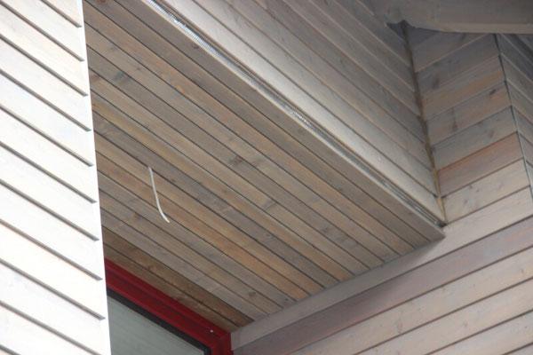 Hier treffen sich verschiedene Bauteile mit einer Holzfassade